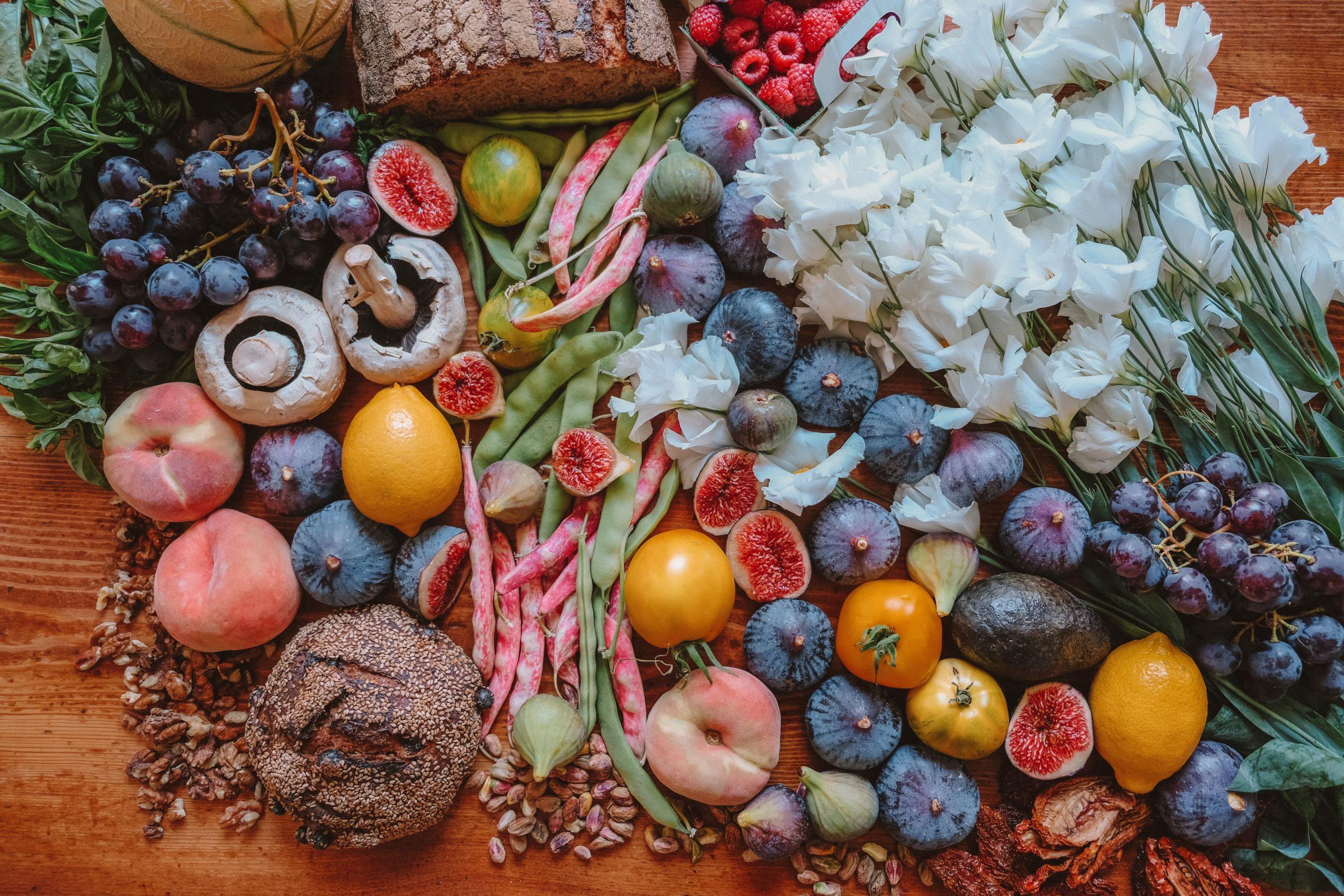 etalage multicolore de fruits , légumes et végétaux